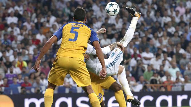 Ramos hace el tercer tanto de chilena.