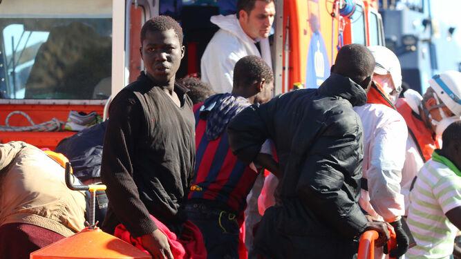 Imagen de archivo de varios inmigrantes rescatados de una patera.