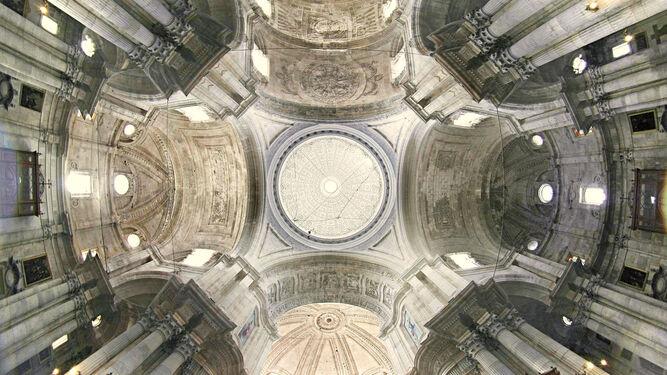 Espectacular vista del interior de la Catedral, que será desde hoy templo jubilar diocesano por el 750 aniversario del traslado de la sede a Cádiz.