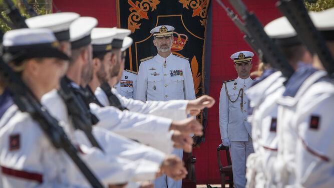 El rey Felipe VI observa el desfile celebrado durante el acto conmemorativo del Centenario de la Aviación Naval en la Base de Rota.