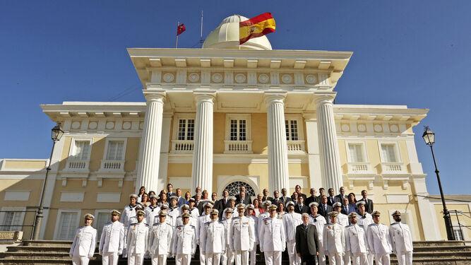 El Rey, junto a la presidenta de la Junta y la ministra de Defensa, durante el acto de inauguración.