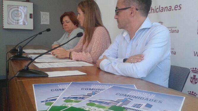 Jiménez, en el centro, explica los detalles de la iniciativa municipal.