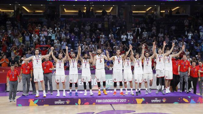 Los jugadores españoles celebran la medalla en el podio.