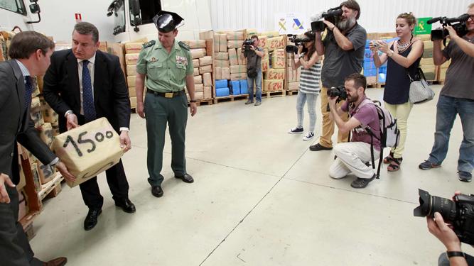 El delegado del Gobierno, Antonio Sanz, exhibiendo un alijo.