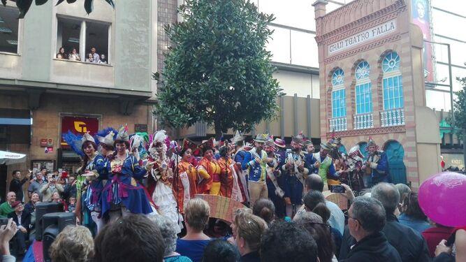 El coro de Luis Rivero, durante su participación en el desfile por las calles de Oviedo.