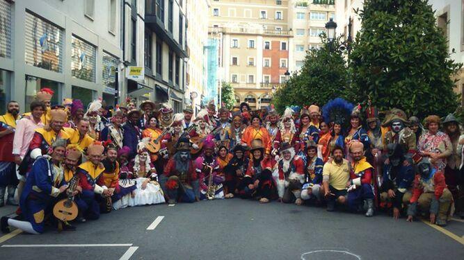Los primeros premios, preparados para participar en el desfile en Oviedo.