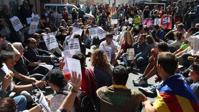 Protestas ante la sede de Unipost en Tarrasa.