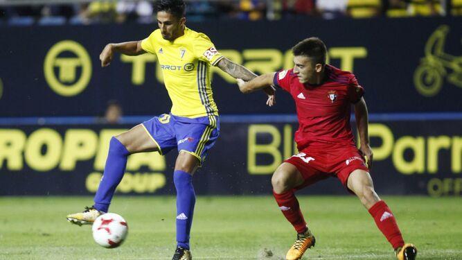 Nico Hidalgo controla un balón presionado por un jugador de Osasuna.