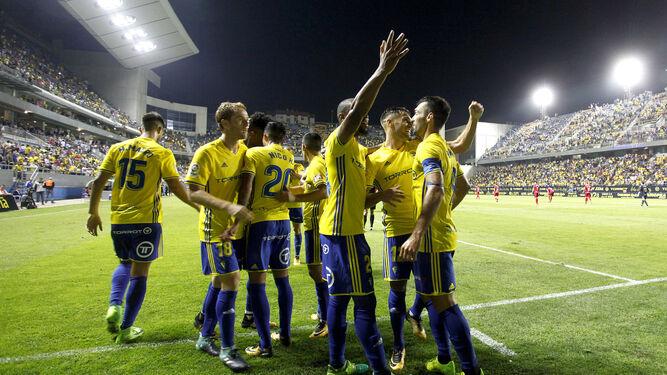 Los jugadores amarillos celebran el tanto de Barral.