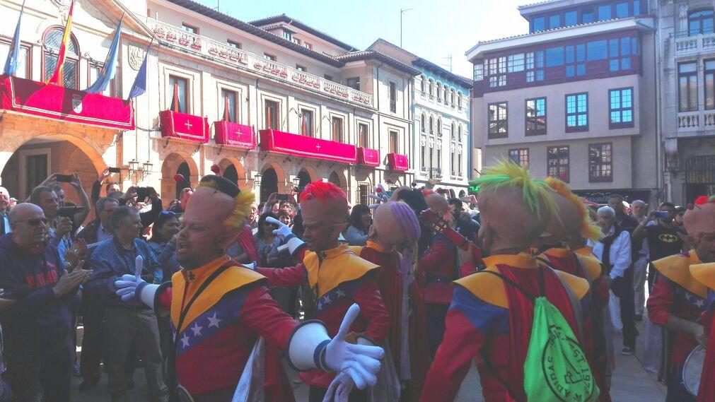 Los primeros premios del COAC actúan en las calles de Oviedo