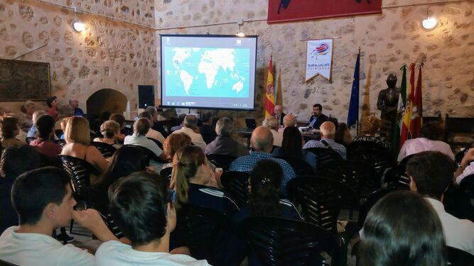 Una de las conferencias de la primera jornada del II Congreso Internacional sobre la Primera Vuelta al Mundo, que se celebra en el Castillo de Santiago de Sanlúcar.