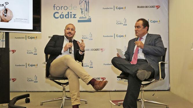 El conferenciante Romero-Abreu, junto a David Fernández, en el coloquio posterior a la charla.