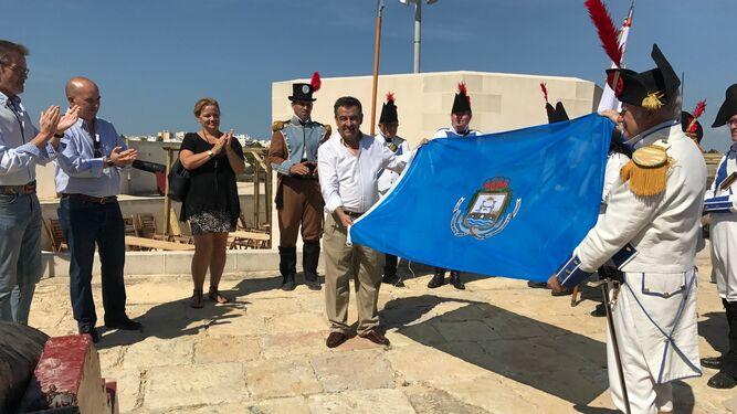 Loaiza entrega la bandera de San Fernando al Batallón de Infantería de Málaga