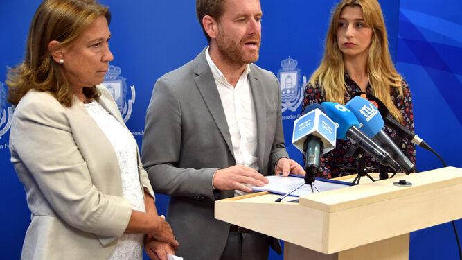 Mayte Mas, portavoz de C's, con Conrado Rodríguez y Claudia Márquez.