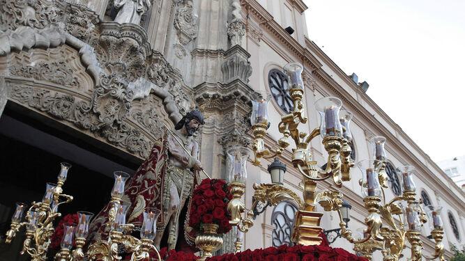 El paso con el Señor del Ecce-Homo saliendo de la iglesia de San Antonio.