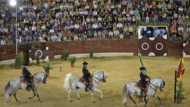 Un momento del espectáculo de la Real Escuela Andaluza de Arte Ecuestre que anoche llenó la plaza de toros isleña.