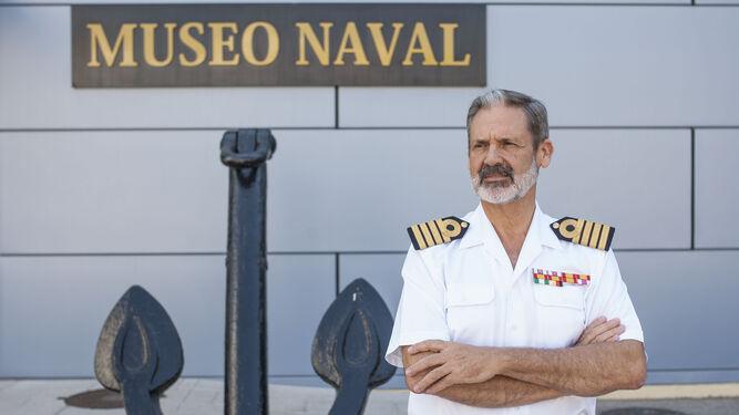 El capitán de navío Vicente Pablo Ortells Polo, fotografiado en el acceso principal al recinto del Museo Naval de San Fernando.