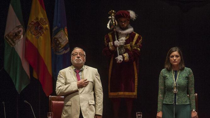 Fernando Savater, durante la interpretación del himno de España.