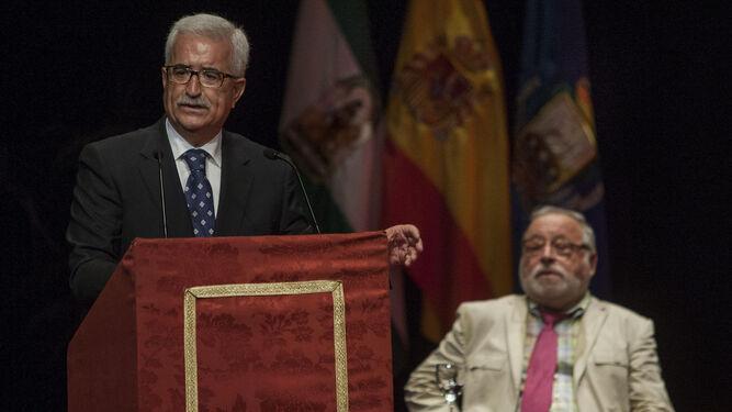 Manuel Jiménez Barrios, vicepresidente de la Junta de Andalucía, ayer durante su intervención en el Teatro de Las Cortes de San Fernando.