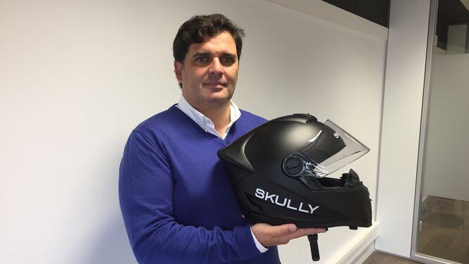 El gaditano Rafael Contreras, con el prototipo del casco Skully en la mano.