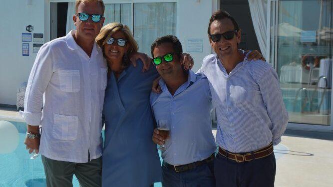 El matrimonio Stefan de Clerck y Cristina Santos con Miguel  Ozores y Antonio Morán, durante el almuerzo en el Beach Club.
