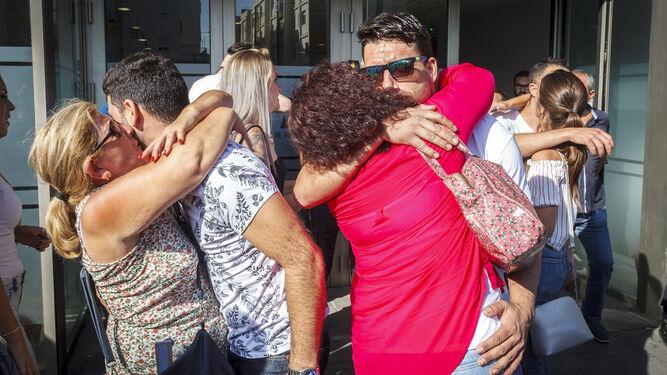 Alegría entre los familiares de los acusados nada más salir del juzgado.