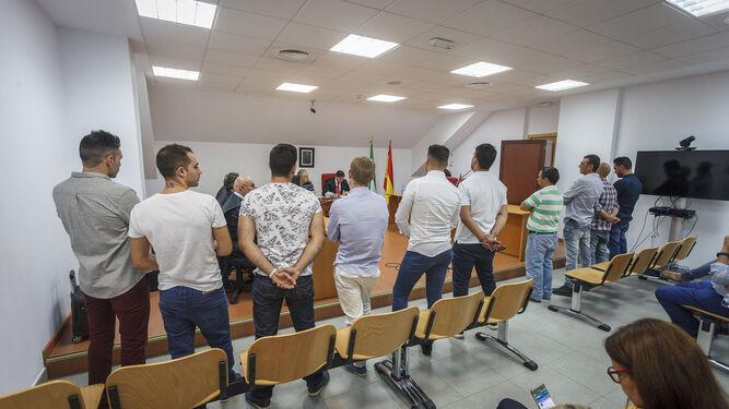 Los acusados, ayer en el Juzgado de lo Penal número 4 de Cádiz mientras escuchaban la sentencia.