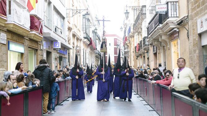 La cruz que abre el cortejo de Piedad, en la calle Ancha.