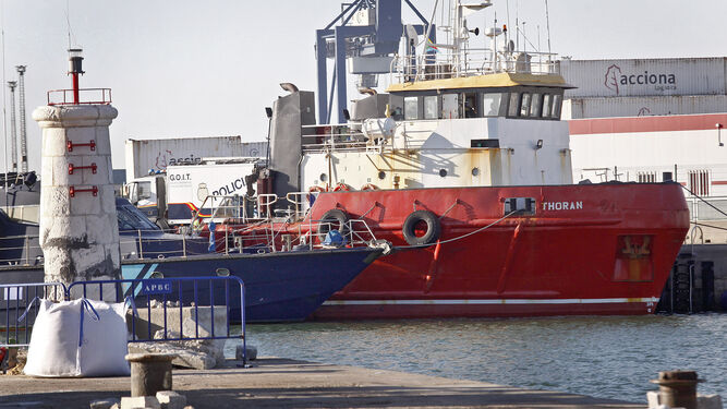 El 'Thoran', donde presuntamente se esconde la droga, escoltado por el barco de Vigilancia Aduanera y la Policía.