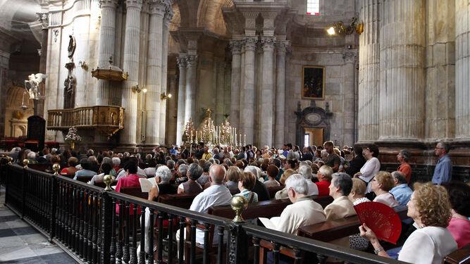 Muchos ciudadanos acudieron a la solemne función del voto y consagración de la ciudad a la Virgen del Rosario.