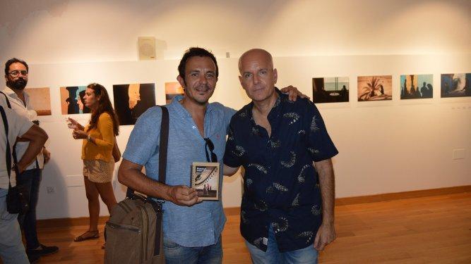 El alcalde de Cádiz, José María González, con el fotógrafo y periodista Juan María Rodríguez.