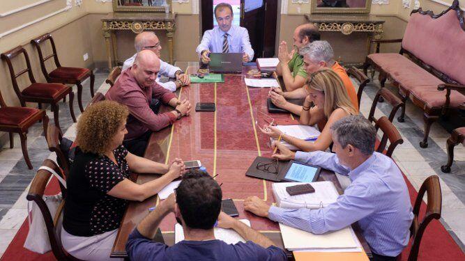 Imagen del consejo de administración celebrado ayer en la sala de Junta de Gobierno del Ayuntamiento.