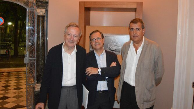 Los arquitectos Rafael Moneo, Tomás Carranza y Javier Montero coincidieron en la muestra.