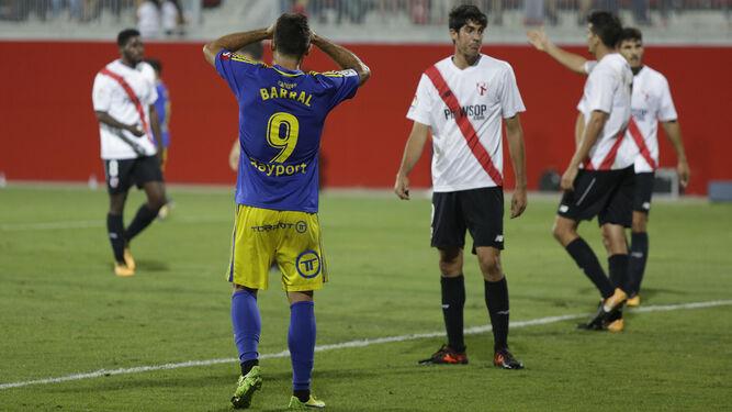 Barral se lleva las manos a la cabeza tras malograr una ocasión.