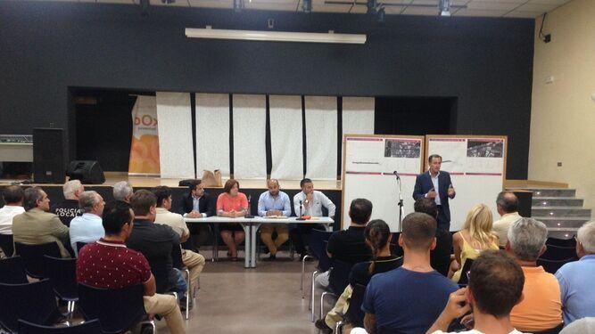 Román explica su propuesta a los comerciantes, ayer en el Centro de Iniciativas Juveniles Box.