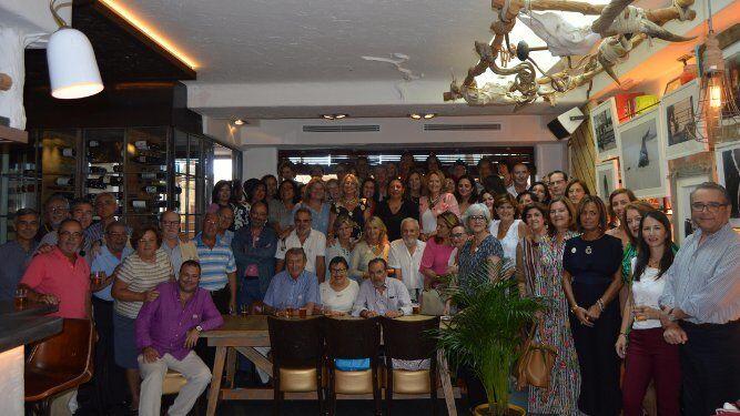 La homenajeada María Luisa Ulibarri aparece con el grupo de compañeros, durante el almuerzo celebrado en el restaurante Arsenio Manila con motivo de su jubilación tras más de cuarenta años desempeñado su actividad profesional en la Diputación Provincial de Cádiz.