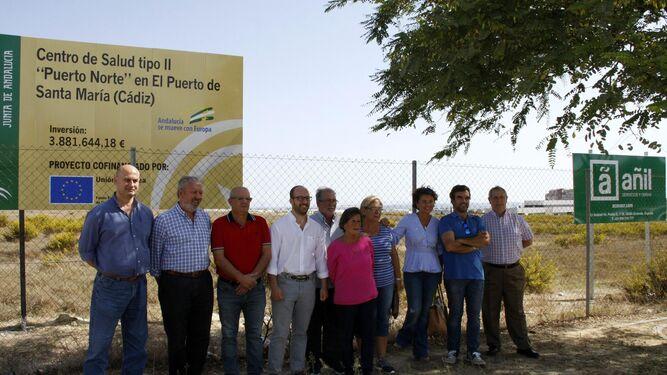 Miembros de la Federación Local de Asociaciones de Vecinos (Flave) y portavoces municipales, ayer en La Florida.