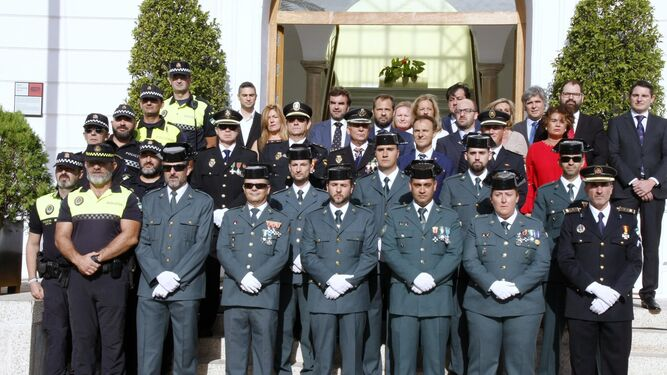Los concejales asistentes, junto a miembros de la Policía Nacional, Guardia Civil y Policía Local.