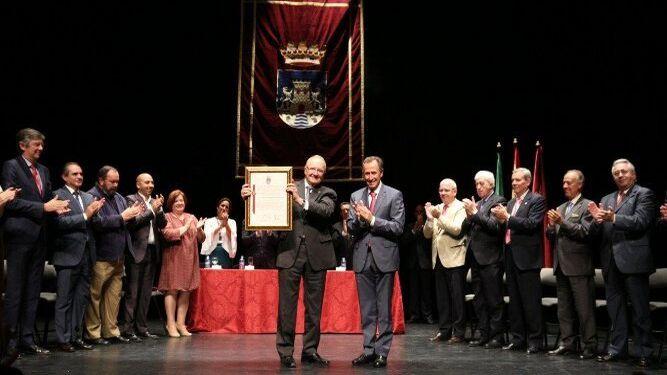 Juan Llull recibe el título de Hijo Adoptivo de Chiclana en presencia del alcalde, el Vicepresidente de la Junta de Andalucia, el alcalde de su pueblo natal y de las personas que han participado en la elaboración del expediente.