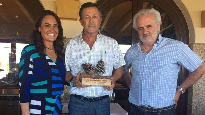 Carmen de los Reyes, el galardonado Juan Manuel Pérez Corrales y Miguel Cueto.