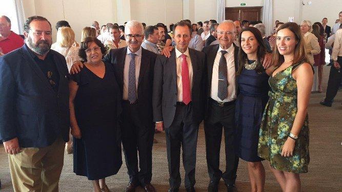 Los ex alcaldes de Chiclana José de Mier y Manuel Jiménez Barrios junto a José María Román, Juan Llull, Dolores Meilán y Antonia y María Luisa Llull.