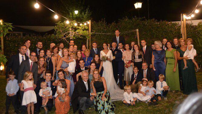 Los recién casados María Yrayzoz y José Millán, durante la celebración en  la Hacienda La Cabaña, en El Puerto de Santa María, con los miembros de la familia Millán Rodríguez, que acudieron al enlace matrimonial.