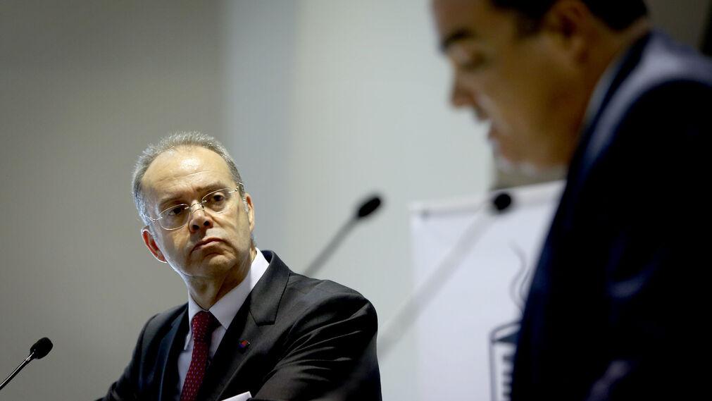 Ángel Nieva, atento a la pregunta que le traslada David Fernández, director de Diario de Cádiz.