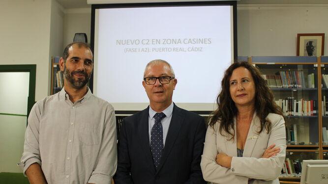 Antonio Romero, Juan Luis Belizón y Remedios Palma, en la presentación del proyecto del colegio de Casines, ayer en Puerto Real.