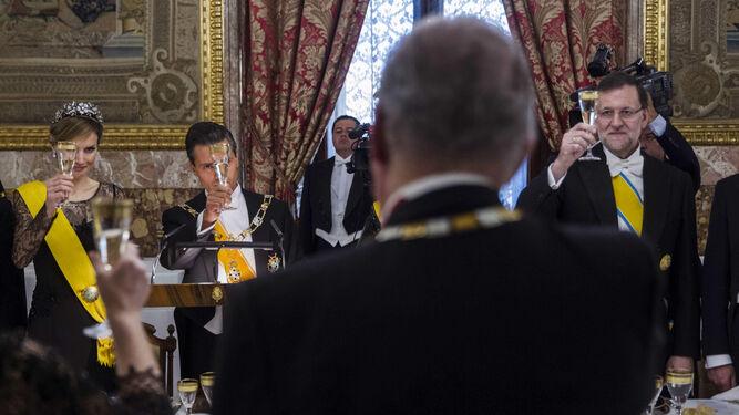 Cena en honor al presidente mexicano, en 2014, en el Palacio Real, con Juan Carlos I de espaldas, la reina Letizia (izquierda) y el presidente del Gobierno, Mariano Rajoy.
