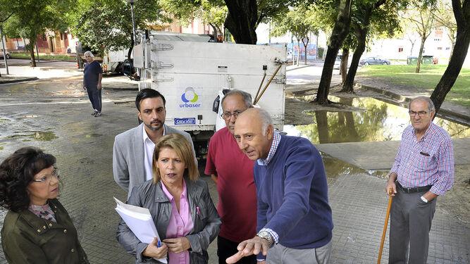 La alcaldesa, ayer, en el transcurso de su visita a los barrios afectados.