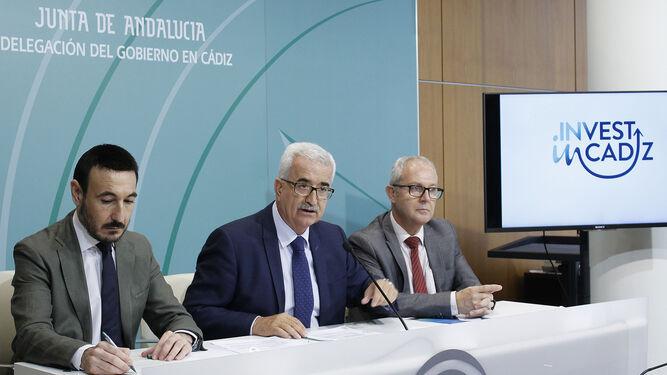 El vicepresidente de la Junta, Manuel Jiménez Barrios, ayer junto a López Gil y Belizón.