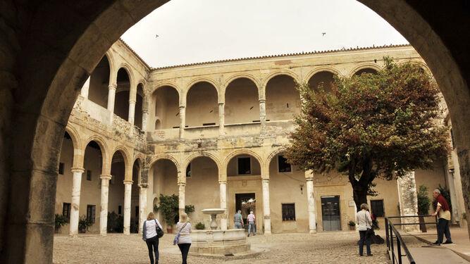Patio de armas o de las columnas del Castillo Palacio de los Ribera, que será restaurado por el Ministerio de Fomento y el Ayuntamiento de Bornos.