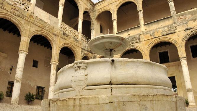 Fuente de mármol del patio de armas del palacio.