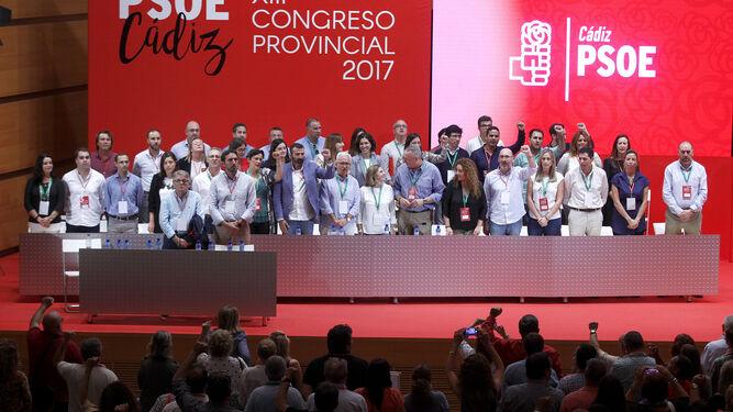La nueva ejecutiva provincial del PSOE gaditano entona La Internacional para finalizar el congreso que se celebró ayer en Cádiz.